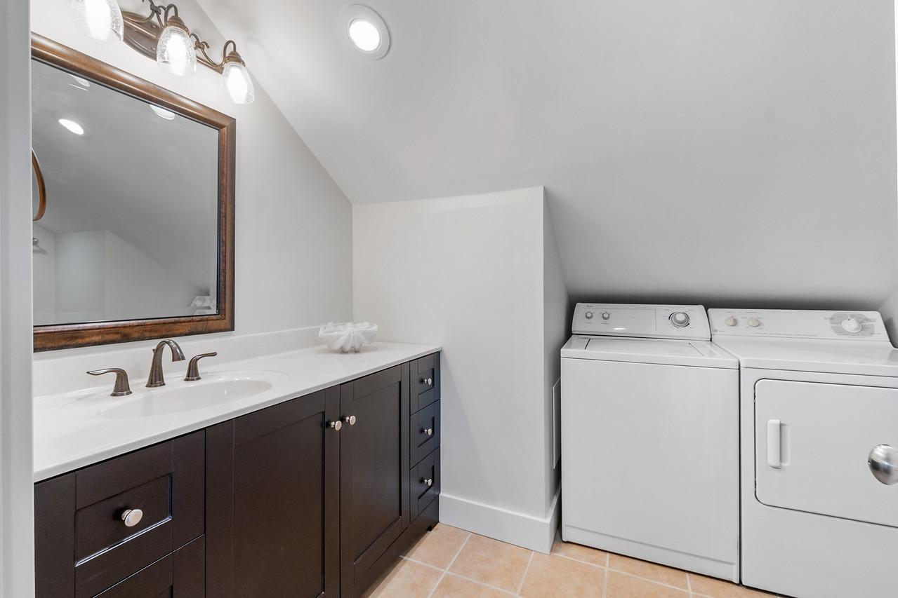 King Bathroom/Laundry - Second Floor