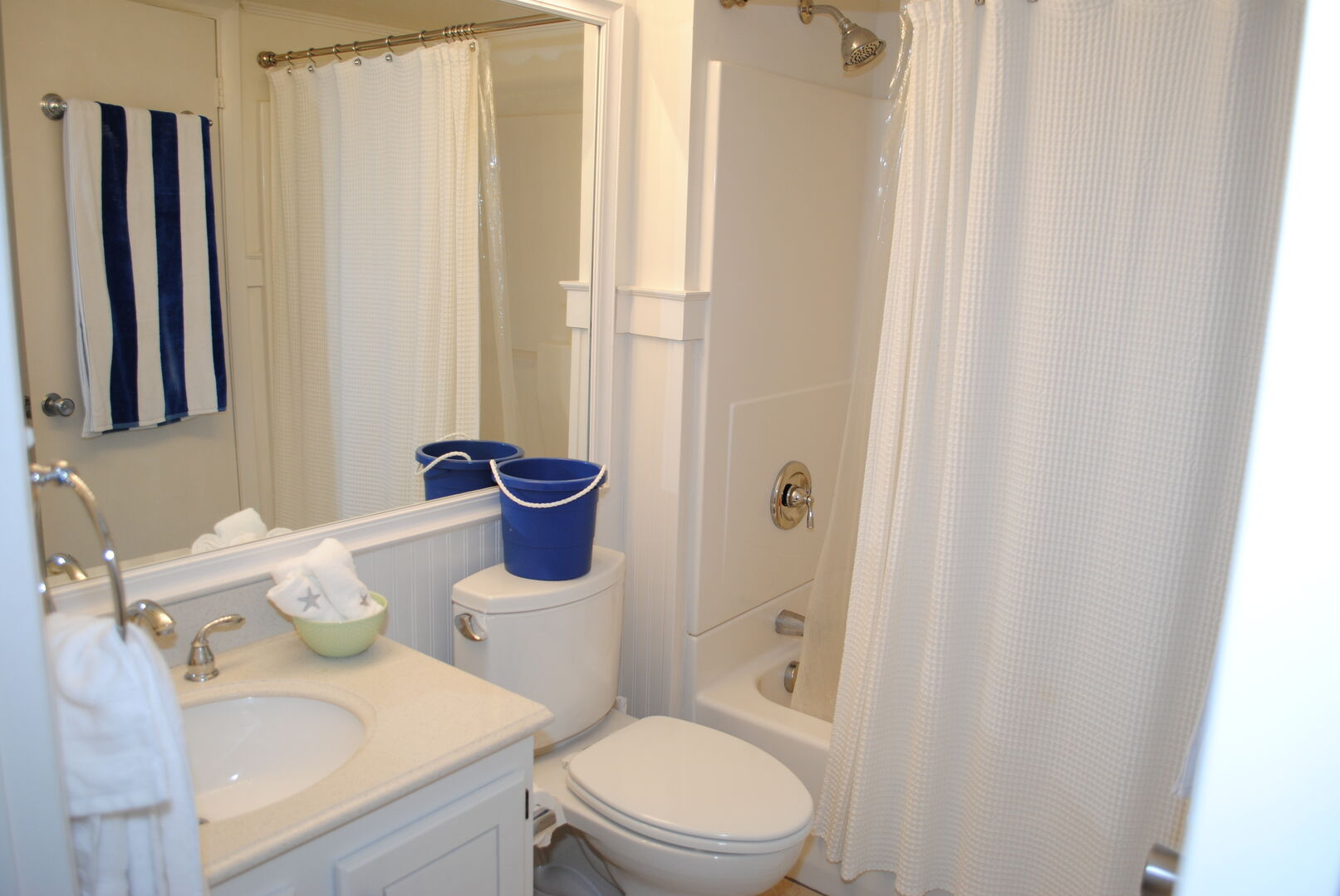 Shared Bathroom (King and Hallway) - First Floor