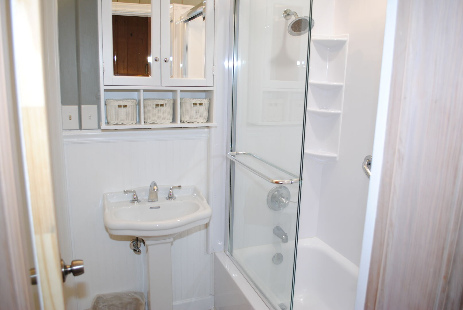 Shared Bathroom (King and 2 Twins) - First Floor