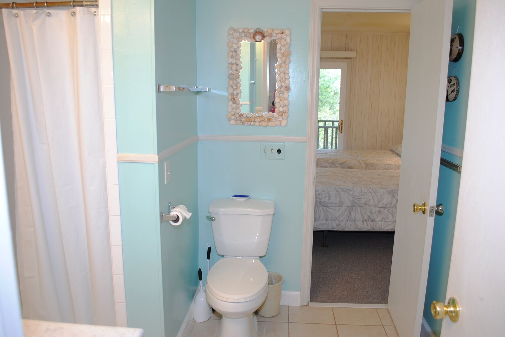 Shared Bathroom - First Floor (Queen and 2 Twins)