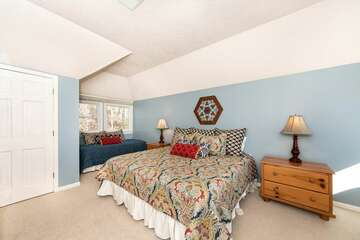2 Floor King & Two-Twin Bedroom (with Trundle Twin Beds)