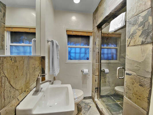 Guest En-Suite Bath - First Floor