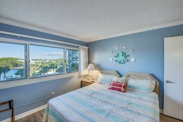 Queen bedroom with view of Lake Powell
