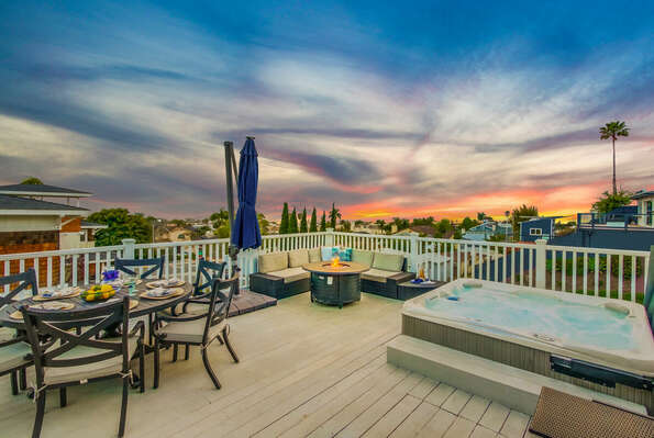 Spacious Deck with Outdoor Dining, Fire Pit and Jacuzzi