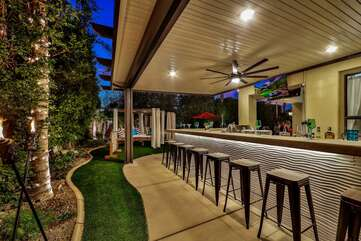 Everyone can enjoy a snack and a drink at the built-in natural gas barbecue bar with seating for 16!