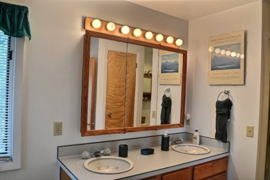 Full Bathroom w/soaking tub