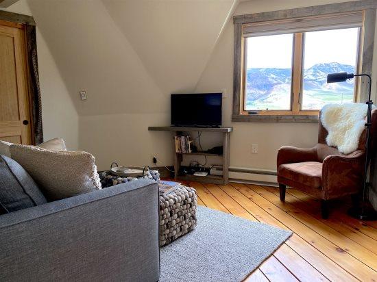 Multipurpose main level living or guestroom
