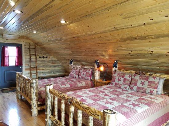 Spacious Bedroom loft with 2 queen beds