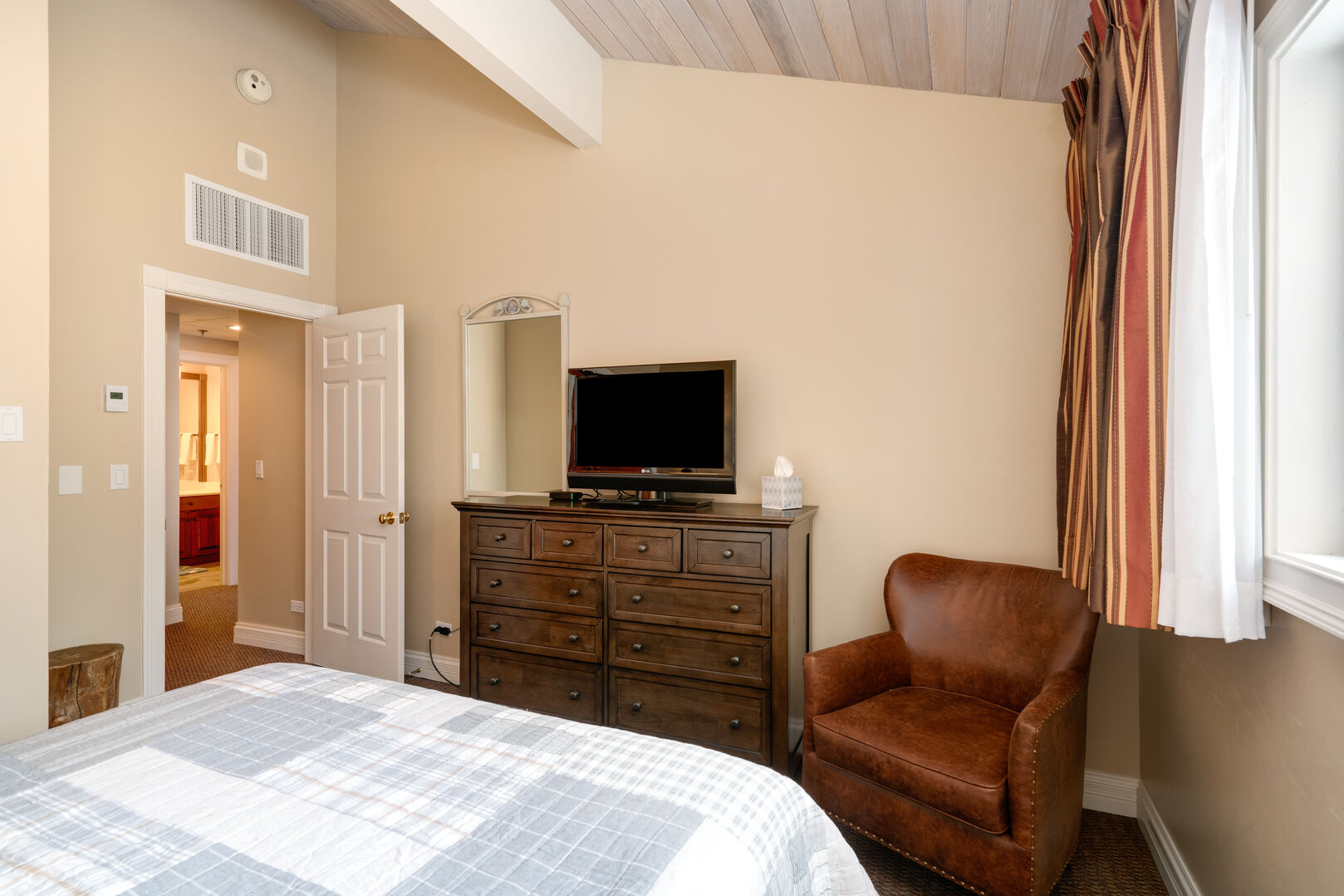 Also has a vaulted ceiling, TV