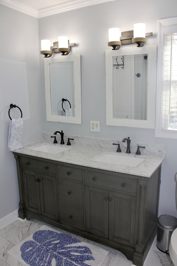 Shared Bathroom (King and Queen) - First Floor