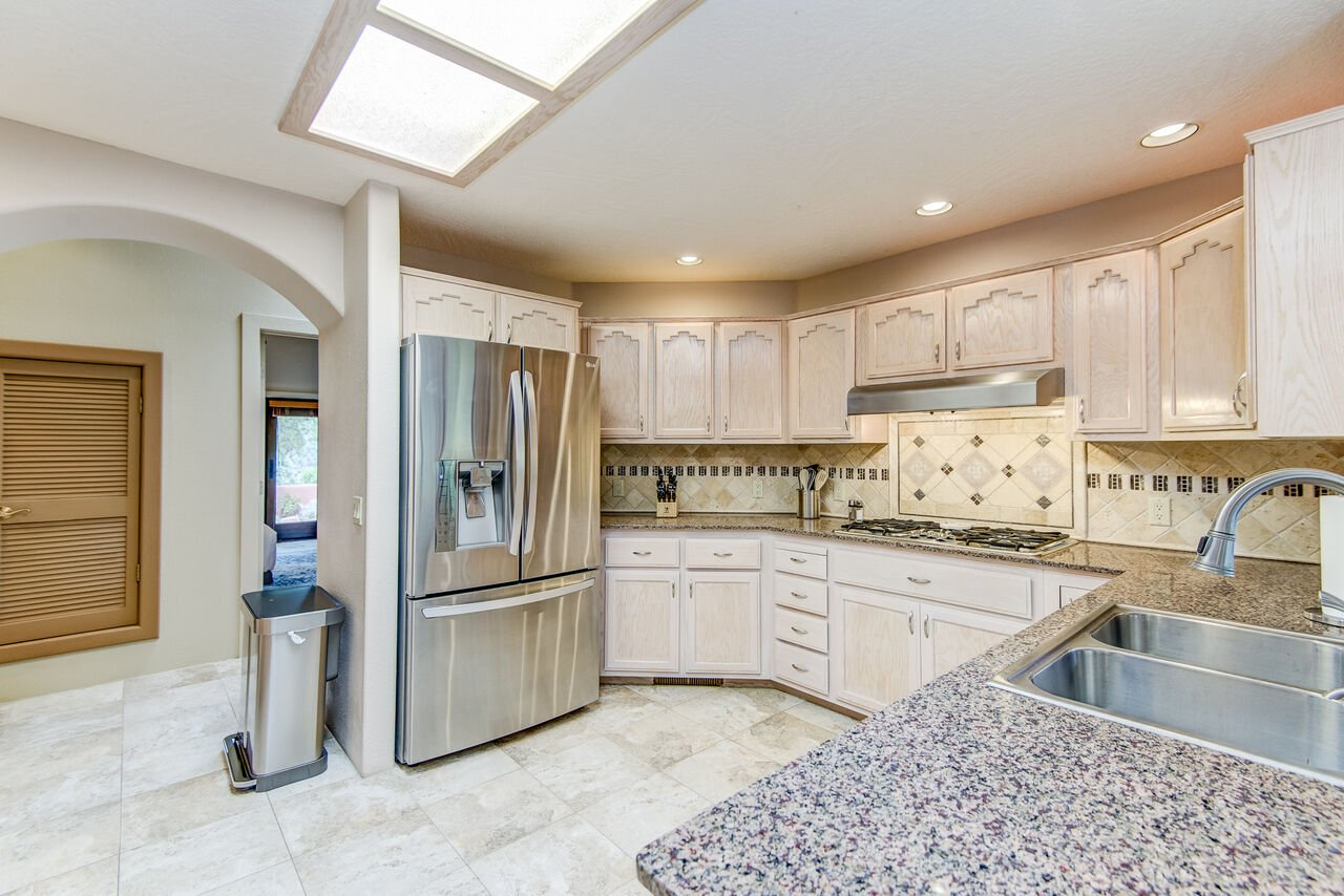 Fully Equipped Kitchen with a 5-Burner Gas Stovetop
