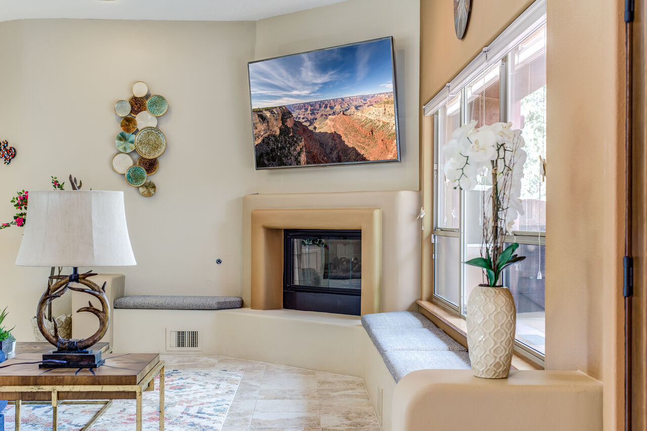 Gas Fireplace, Smart TV and Bench Seating