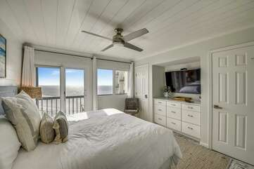 (King) Master bedroom with balcony view