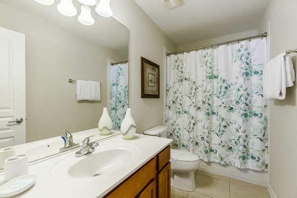 Bathroom connected to the queen bedroom