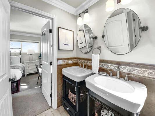 Guest En-Suite Bath - Third Floor