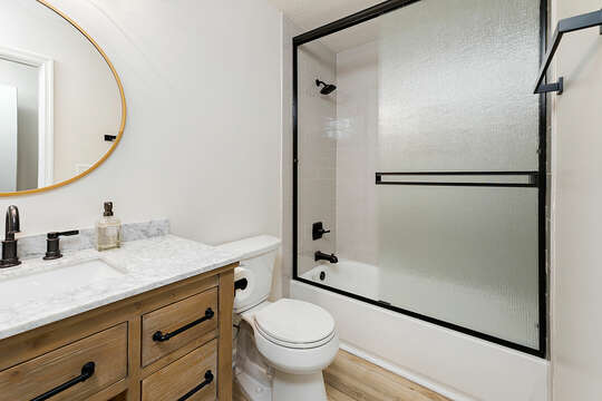 Guest ensuite Bathroom with a tub/shower