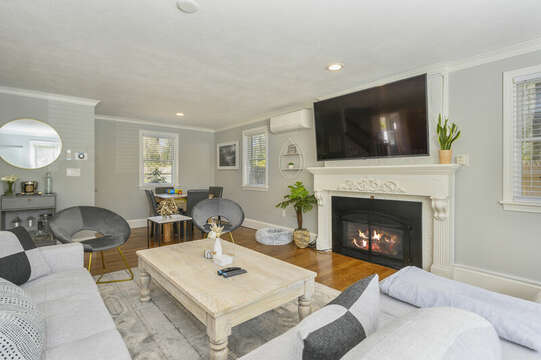 Living room with mini bar and game table - 44 Avalon Circle Osterville Cape Cod New England Vacation Rentals