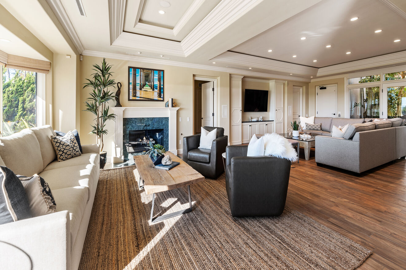 Great room with oceanfront views, TV and wet bar