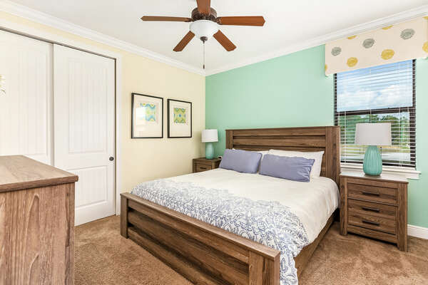 Bedroom furnished with a king-size bedroom