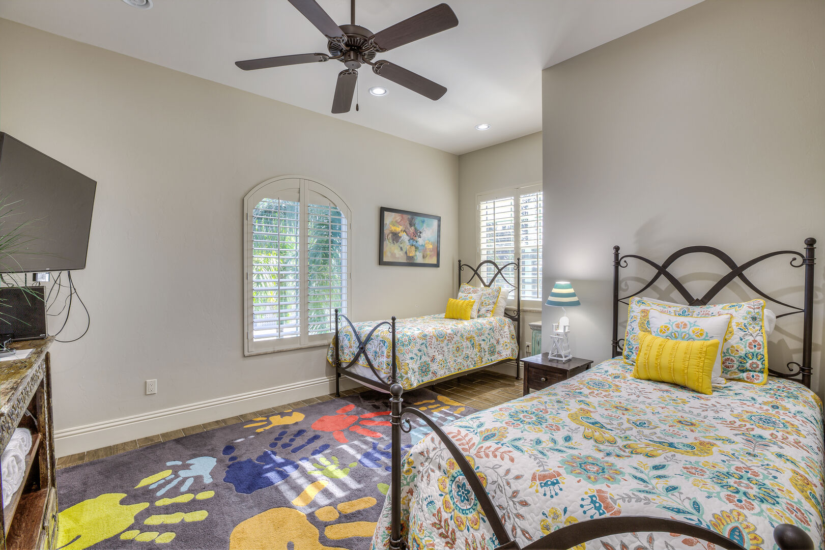 Guest bedroom with two twin beds in our Fort Myers vacation home rental
