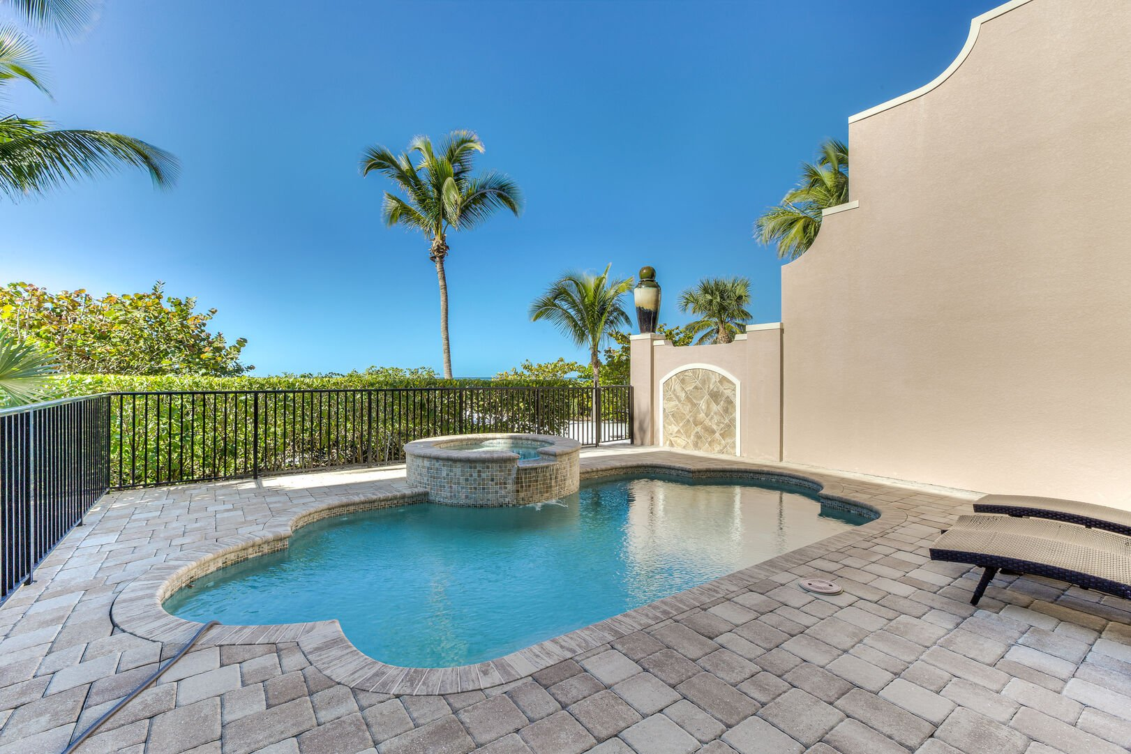 Pool with hot tub in our Fort Myers vacation home rental