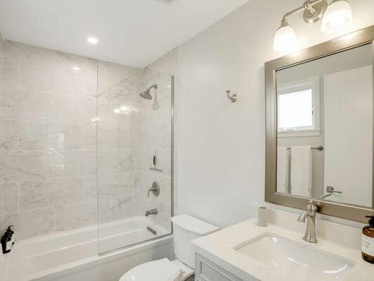 1st Floor Bedroom En-Suite Bathroom w/ Tub
