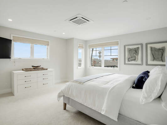 3rd Floor - Master Bedroom - King Bed & En-Suite Bathroom