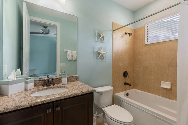 Ensuite bathroom with shower/tub combo
