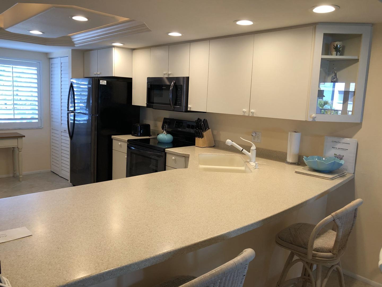 105 Tiffany Place kitchen peninsula