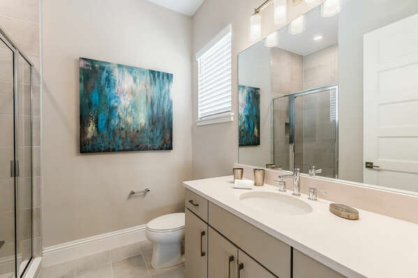 En-suite bathroom featuring a walk-in shower