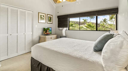 Secondary bedroom with Queen bed with folding closet doors