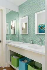 The shared bath with dual sinks and tub/shower combo.