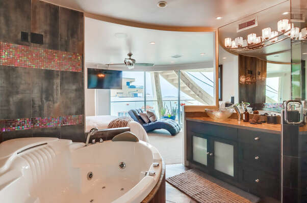 Master En-Suite w/ Shower and Tub