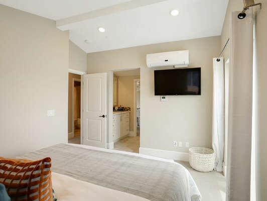 Third Floor - Master Bedroom w/ Cal King Bed & En-Suite Bathroom