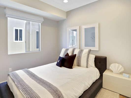 Guest Bedroom w/ Queen - 2nd Floor (Entry Level)