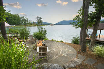 What a firepit, looking at the mountain and the lake !