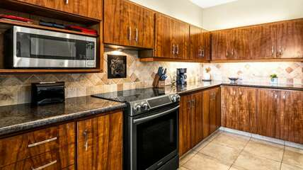 Fully equipped, beautiful Koa wood cabinets, granite counter tops