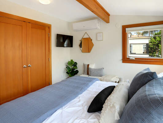 Master Bedroom w/ Queen