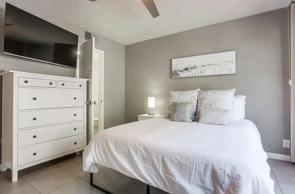 Guest Bedroom w/ Queen Bed, En-Suite Bathroom & Access to Ground Level Patio - 1st Floor