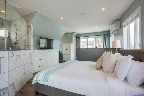 Master Suite w/ Balcony and Large Bathroom
