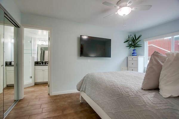 Guest Bedroom w/ Queen & En-Suite Bathroom - 1st Floor