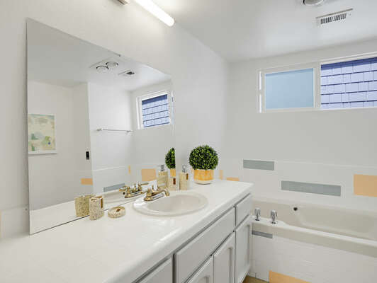 Shared Bathroom w/ Jetted Tub/Shower Combo - 2nd Floor