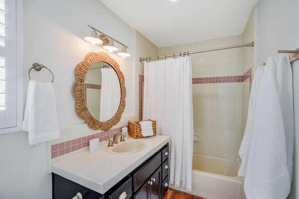 Guest En-Suite w/ Tub Shower Combo