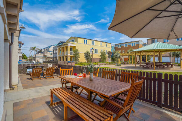 Large Ground Floor Patio w/ Outdoor Dining, BBQ, Patio Cooler, Fire Pit & Lounge Seating