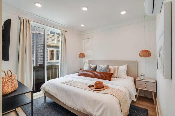 Master Bedroom w/ En-Suite Bathroom & Walk-In Closet