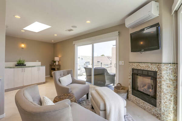 Master Suite w/ Sitting Area, Fireplace, Deck w/ Bay Views & Seating