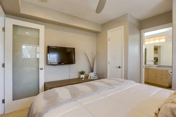 Guest Bedroom w/ Queen Bed & En-Suite - 2nd Floor