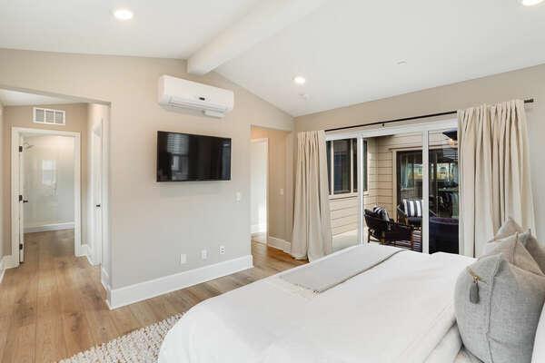 Master Bedroom w/ King Bed, En-Suite Bathroom, Walk-in Closet - 3rd Floor