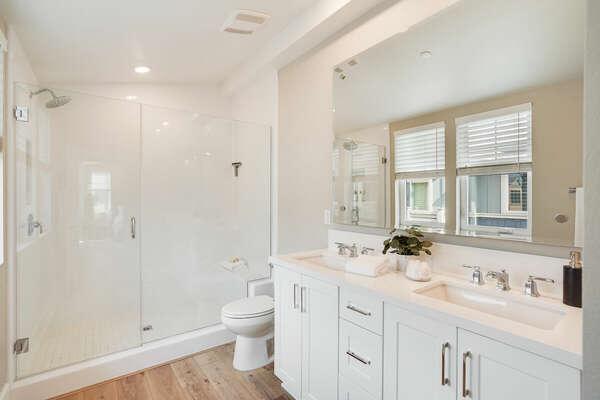 Large Master En-Suite Bathroom - 3rd Floor