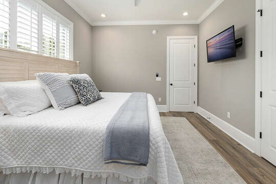This King Size bed on the main floor has it's own en suite bath, plenty of closet space - all night stands with USB ports.